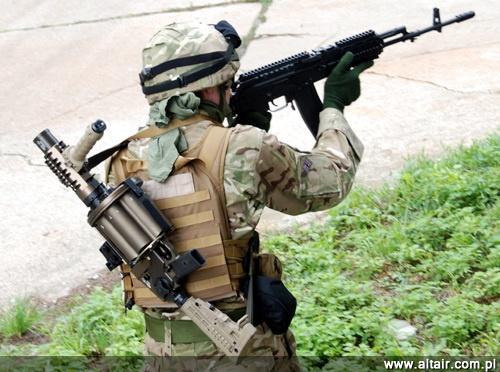 Je?eli wojskowe próby granatnika rewolwerowego RGP-40 z Tarnowa zako?cz? si? pomy?lnie, to mo?na sobie wyobrazi?, ?e ju? za kilka lat tak mo?e by? uzbrojony polski ?o?nierz / Zdj?cie: Pawe? ?cibiorek