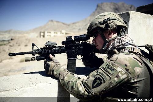 Opracowany dla jednostek specjalnych karabinek M4A1 z ci??sz? luf? jest bardziej niezawodny od M4, a ponadto dostosowano go do prowadzenia ognia ci?g?ego. Ponad 6 tys. tych konstrukcji trafi?o latem 2012 w r?ce spadochroniarzy z 101. Dywizji Powietrznodesantowej / Zdj?cie: US Army