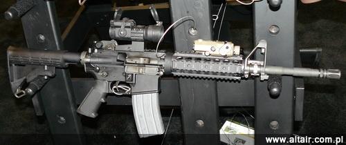 M4A1 z dodatkowym prze??cznikiem rodzaju ognia po prawej stronie, co u?atwi korzystanie z tej konstrukcji przez strzelców lewor?cznych, szacowanych na 7-10 procent populacji / Zdj?cie: Remigiusz Wilk