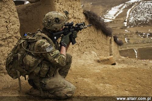 Ze wzgl?du na zwi?kszaj?cy si? ci??ar wyposa?enia przenoszonego przez ?o?nierza, na co sk?ada si? masa oporz?dzenia, os?ony balistycznej (kamizelka, he?m) i przenoszonego sprz?tu, armia ameryka?ska zast?pi?a karabinkami M4 z 368-mm lufami dotychczas u?ywane M16A4 z lufami d?ugo?ci 508 mm / Zdj?cie: US Army