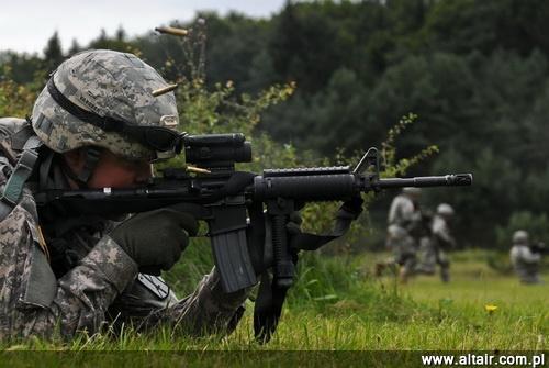 Karabinek M4 nie jest dostosowany do prowadzenia ognia ci?g?ego, a jedynie oddawania 3-strza?owej serii (dobrze widoczne wszystkie ?uski). Ogranicza to jego wykorzystanie na polu walki, st?d potrzeba modyfikacji dotychczas u?ywanych konstrukcji do standardu M4A1 / Zdj?cie: US Army