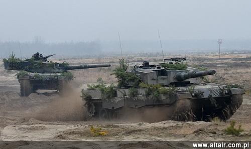 W 2013 do Polski powinny trafi? nowo pozyskane czo?gi Leopard 2A4 i 2A5. Warto zauwa?y?, ?e po przej?ciu pojazdów wystarczaj?cych na wyposa?enie kolejnych dwóch batalionów, liczba jednostek pancernych wykorzystuj?cych ten typ czo?gu w Polsce i w Niemczech b?dzie identyczna / Zdj?cie: 10 BKPanc