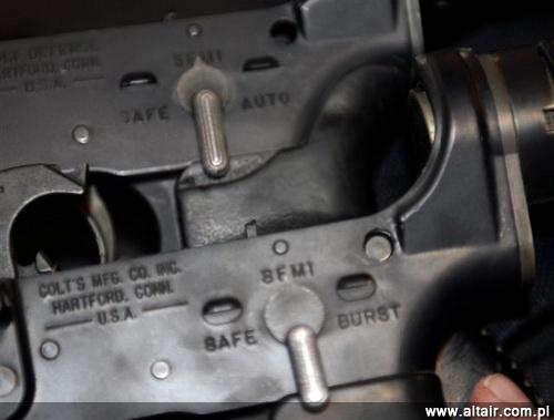 Porównanie komór spustowych karabinków M4 (poni?ej) z M4A1 (M4PIP; powy?ej). Wyra?nie wida? oznaczenia serii 3-strza?owej (Burst) i ognia ci?g?ego (Auto) / Zdj?cie: DVIDS