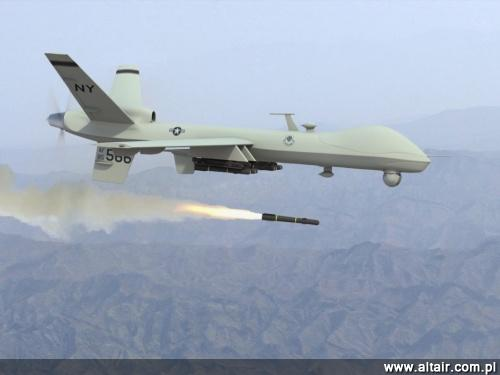 W Afganistanie brytyjscy ?o?nierze u?ywaj? pi?ciu typów bezza?ogowych statków lataj?cych: MQ-9, Hermes 450, Desert Hawk III, T-Hawk i Black Hornet, ale tylko Reaper jest uzbrojony, a reszta s?u?y do misji: rozpoznawczych zwiadu i wywiadowczych / Zdj?cie: USAF