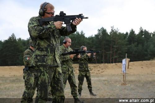 Czech chief of staff of the armed forces during the familiarization with the new version of the rifle Brennan / Photo: ACR
