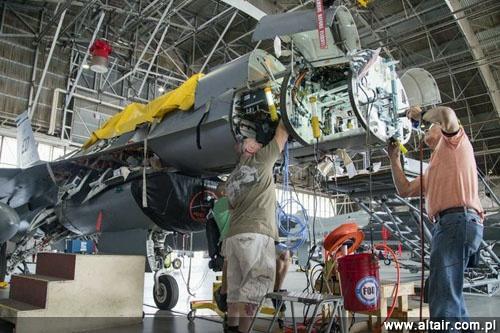 Montaż prototypu radiolokatora AN/APG-83 SABR na myśliwcu Lockheed Martin F-16D Block 40 nr USAF 87-0392/ED. Edwards AFB, sierpień 2015. Wcześniej na tym samolocie testowano radar Raytheona – RACR (Raytheon Advanced Combat Radar), który przegrał rywalizację z SABR / Zdjęcie: Northrop Grumman