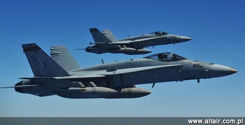 Dwa samoloty F/A-18C Hornet VMFA-323 (Marine Fighter Attack Squadron) Death Rattlers z bazy Miramar podczas lotu treningowego w czasie ?wicze? RIMPAC / Zdj?cie: USMC