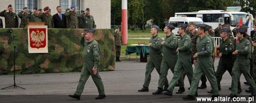 Defilada personelu 41. elt z Królewa Malborskiego podczas uroczystego powitania po powrocie z misji Baltic Air Policing