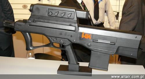 W 2011 na wystawie DSEi w Londynie na stoisku H&K zaprezentowano makiet? granatnika XM25 o odmiennym kszta?cie, ni? testowane w Afganistanie prototypy. Jest to odpowied? na zastrze?enia dotycz?ce zbyt du?ej masy systemu / Zdj?cie: Remigiusz Wilk