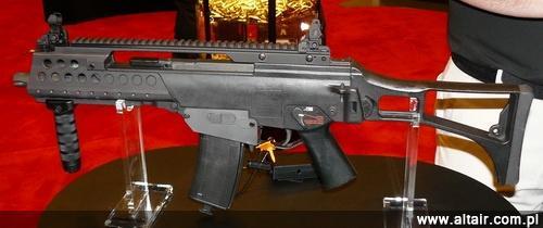 Zaprezentowany na SHOT Show 2011 prototyp aluminiowego gniazda magazynka North Eastern Arms do karabinka G36, pozwalaj?cego na wykorzystanie w tej broni magazynków od M16