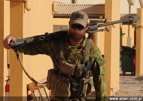 Jedyne oficjalne zdj?cie snajpera z australijskiej grupy zadaniowej SOTG operuj?cej w Afganistanie z 12,7-mm samopowtarzalnym, wielkokalibrowym karabinem wyborowym Barrett M82A1. Jest to konstrukcja rzadko spotykana, u?ywana tylko przez oddzia?y specjalne, regularna armia wykorzystuje powtarzalne 12,7-mm karabiny Accuracy International AW50F / Zdj?cie: MO Australii