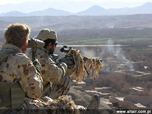 Podobnie, jak w wi?kszo?ci pa?stw, Australia zdecydowa?a si? uzupe?ni? rodzin? broni do naboju 7,62 mm x 51 konstrukcj? do znacznie silniejszej amunicji 8,6 mm x 70 (.338 LM) o wi?kszym zasi?gu. Strzelec na zdj?ciu uzbrojony jest w karabin wyborowy SIG Sauer/Blaser Tactical 2. W Polsce ca?y czas oczekiwana jest decyzja o przyj?ciu produkowanego przez ZMT karabinu Alex-338 tego kalibru do uzbrojenia WP, jako uzupe?nienie ju? u?ywanych 7,62-mm Borów i 12,7-mm Torów. Na zdj?ciu dobrze widoczne jest ukszta?towanie terenu w Afganistanie na obszarach, gdzie bite s? snajperskie rekordy / Zdj?cie: MO Australii