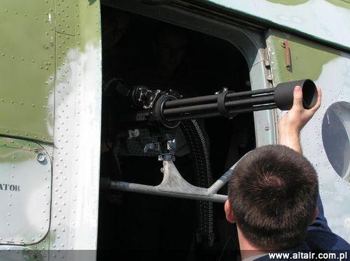 Pierwsze próby montażu Miniguna na opracowanej w Wojskowych Zakładach Lotniczych Nr 1 podstawie w drzwiach bocznych śmigłowca w 2011. Wojsko dążyło do zapewnienia Mi-17 możliwości prowadzenia ostrzału ze wszystkich kierunków. Dlatego na każdym wiropłacie miały się znaleźć aż 3 stanowiska M134: w drzwiach po lewej stronie, w prawym oknie awaryjnym/drzwiach po prawej stronie i z tyłu, po wymontowaniu wrót