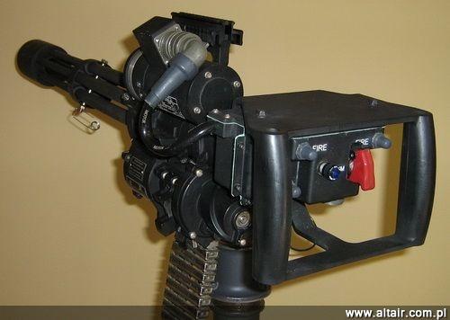 W porównaniu z Minigunami z lat 1960. współczesne karabiny maszynowe GI M134G mają zmodyfikowane podajniki/wyłuskiwacze, wirniki, sprzęgła, silniki i zamki, jak również nowe lufy wytrzymujące 33,3 tysiąca strzałów każda. W 2011 broń otrzymała numer NSN 1005-01-588-2753 / Zdjęcie: Works11