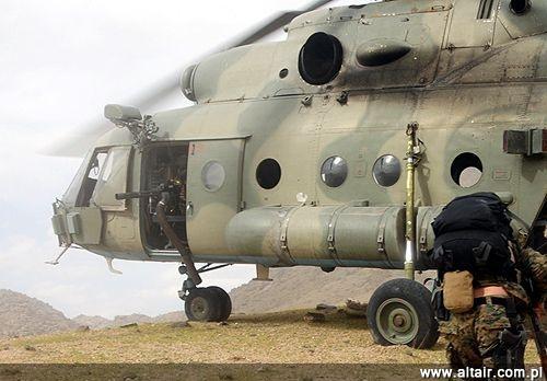 Ameryka?ski ?mig?owiec Mi-17 u?ywany w Afganistanie w kwietniu 2010 przez wojska specjalne oraz przedstawicieli agencji do walki z narkotykami DEA, na zdj?ciu datowanym. W drzwiach maszyny zamontowany jest nap?dowy karabin maszynowy M134 / Zdj?cia: DO USA